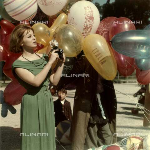 VAA-F-004757-0000 - Model photographed next to a balloon salesman