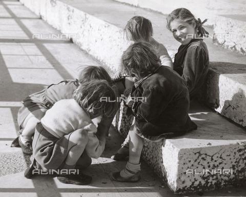 VAA-F-004941-0000 - Alcune bambine che giocano per strada