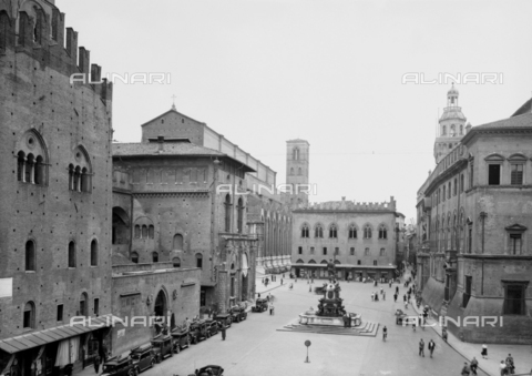 VBA-F-029306-0000 - View of Nettuno Square, Bologna