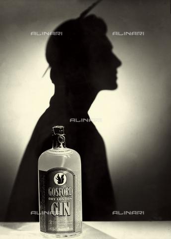 """VBA-S-000032-0001 - Pubblicità per il liquore """"Gosford"""", prodotto da Martini e Rossi. In primo piano la bottiglia con la celebre bevanda; sullo sfondo è visibile l'ombra di una figura. - Data dello scatto: 1950 - 1959 - Archivi Alinari, Firenze"""