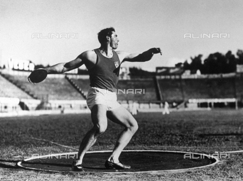 VBA-S-000056-0023 - Portrait of a discus thrower in action