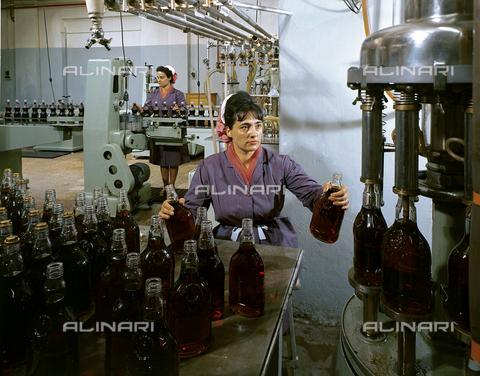 VBA-S-0000F4-0019 - Imbottigliamento dei prodotti della ditta Fabbri di Bologna - Data dello scatto: 1955 ca. - Archivi Alinari, Firenze