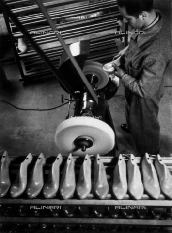 VBA-S-000111-0049 - Shoe Marzocchi Bologna: Worker smoothing shoe molds