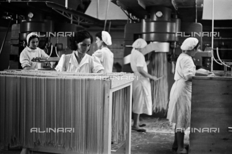 VBA-S-000459-0037 - Pasta factory Bertagni, Bologna, shop operation of the pasta