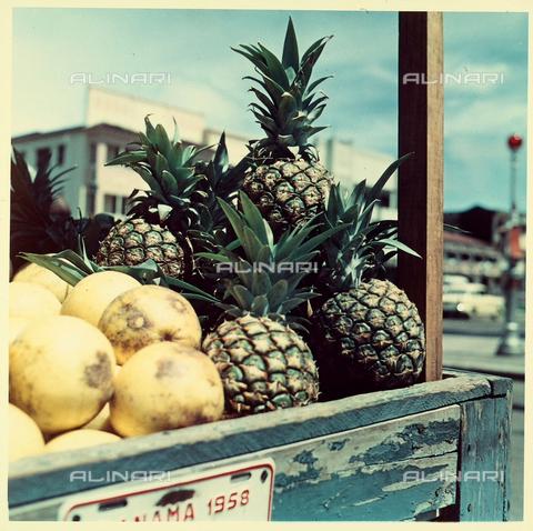 VBA-S-000581-0008 - Frutti esotici con ananas esposti in un esterno. - Data dello scatto: 1970 - 1980 - Archivi Alinari, Firenze