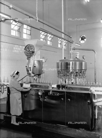 VBA-S-001402-0004 - Bottling of fruit juices at the Salfa Company in Bologna