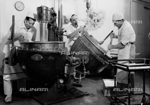 VBA-S-002172-0152 - Il reparto della lavorazione del torrone nello stabilimento Motta di Milano - Data dello scatto: 1950 - Archivi Alinari, Firenze