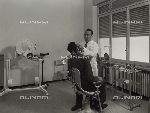 VBA-S-002276-0038 - INAIL of Parma: a doctor conducting a visit with sitting patient.