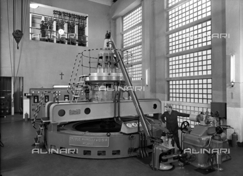 VBA-S-004263-0003 - A room in the Broggi-Izar factory with a large machine in the middle with a worker at work