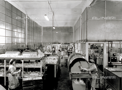 VBA-S-004263-0010 - Interior of a Broggi-Izar factory. A few women workers are arranging chrome containers