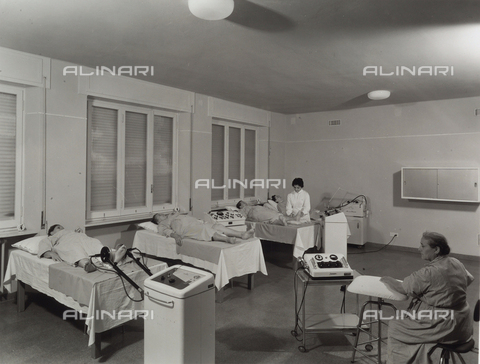 VBA-S-004678-0503 - INAIL, Traumatological Institute of Budrio. Inside of a room with bedridden women and a doctor during therapy.