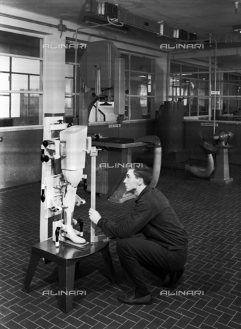 VBA-S-004678-0509 - INAIL: Workshop of the Traumatological Institute of Budrio. A technician is working on an artificial leg.