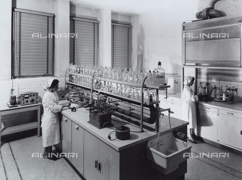 VBA-S-004712-0365 - Recordati pharmaceutical factory. Laboratory with workers.