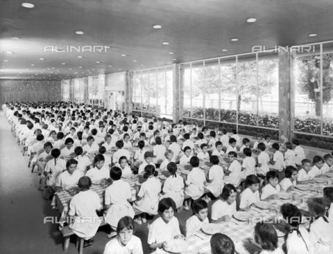 VBA-S-005316-0016 - Camp d'été pour les enfants des employés de l'usine de papier Burgo: children in the refectory