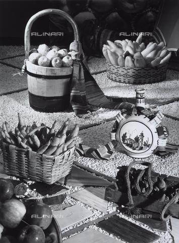 VBA-S-005661-0396 - La Federazione Italiana Consorzi Agrari presenta alcuni prodotti tipici. In primo piano alcune mele, un cesto di vimini con carote, uno con frutti di cactus e un altro con peperoni. - Data dello scatto: 1970 - 1980 - Archivi Alinari, Firenze