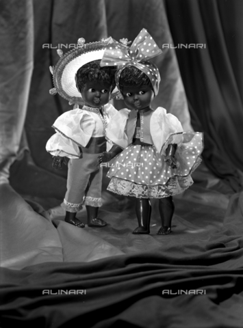 VBA-S-005983-0011 - Brazilian children, toy dolls; advertising image of the Bodonian Lithograph - Date of photography: 16/12/1964 - Alinari Archives-Villani Archive, Florence