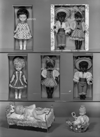 VBA-S-005983-0013 - Dolls with traditional clothes; advertising image of the Bodonian Lithograph - Date of photography: 16/12/1964 - Alinari Archives-Villani Archive, Florence