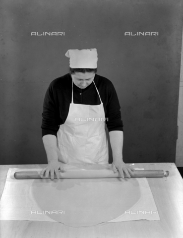 VBA-S-005983-0015 - Dough processing: a woman spreads the dough with a rolling pin; advertising image of the Bodonian Lithograph - Date of photography: 1960-1965 - Alinari Archives-Villani Archive, Florence