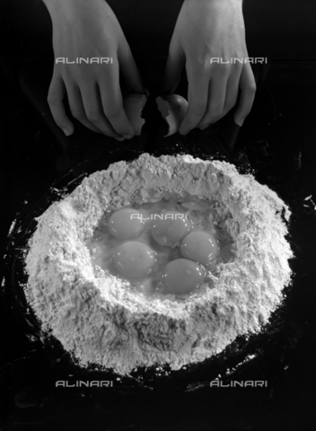 VBA-S-005983-0016 - Dough processing: flour and egg yolks; advertising image of the Bodonian Lithograph - Date of photography: 21/04/1962 - Alinari Archives-Villani Archive, Florence