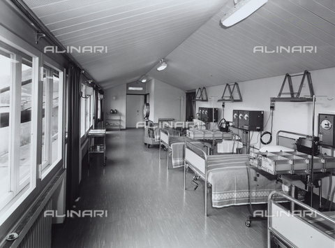 VBA-S-006582-0001 - Inside of the Mapighi Hospital: large room with beds and machinery.