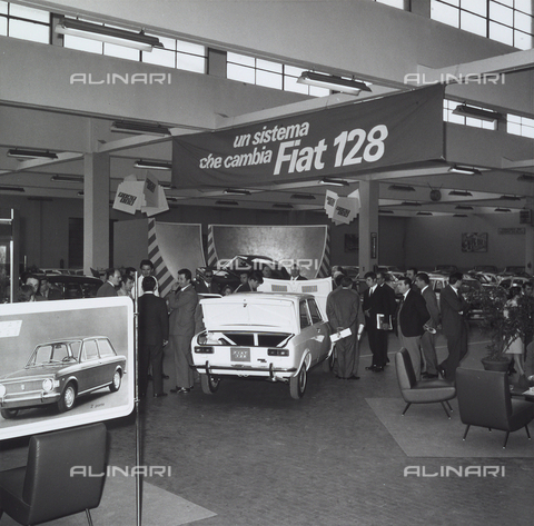 VBA-S-006815-0013 - Presentation of the new Fiat 128, launched to replace the old Fiat 1100, the first car with front wheel drive Fiat, Turin