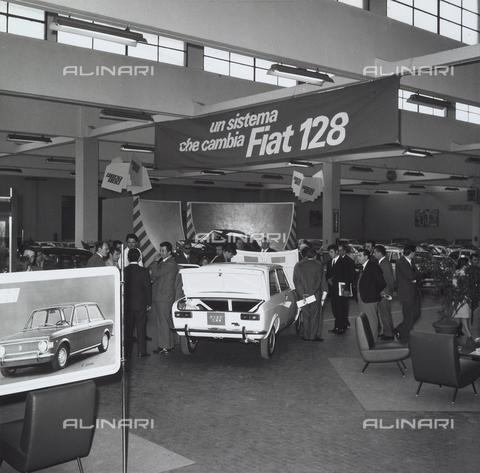 VBA-S-006815-0013 - Presentazione della nuova Fiat 128, lanciata sul mercato in sostituzione della vecchia Fiat 1100, prima vettura con marchio Fiat a trazione anteriore, Torino
