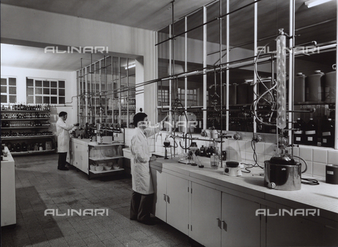 VBA-S-006874-0003 - Technicians working in the laboratory of the NAARDEN LEEPEN factory, producers of the bases of perfumes and cosmetics.