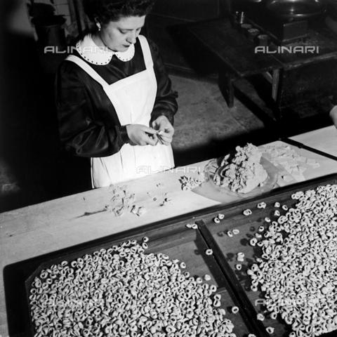 VBA-S-007840-0004 - Portrait of woman making tortellini