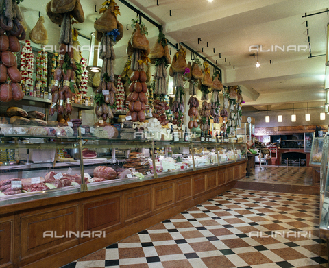 VBA-S-00A155-0004 - Inside the deli Tamburini in Bologna Capraie away with cold meats, sausages, cheeses, typical products of 'Emilia Romagna