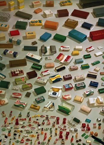 VBA-S-00C154-0018 - Prodotti di varie ditte impacchettati con le macchine impacchettatrici Carle e Montanari - Data dello scatto: 1969 - Archivi Alinari, Firenze