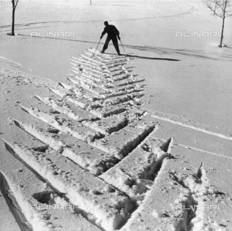 VBA-S-010507-0002 - Ski tracks in the snow. In the background the skier