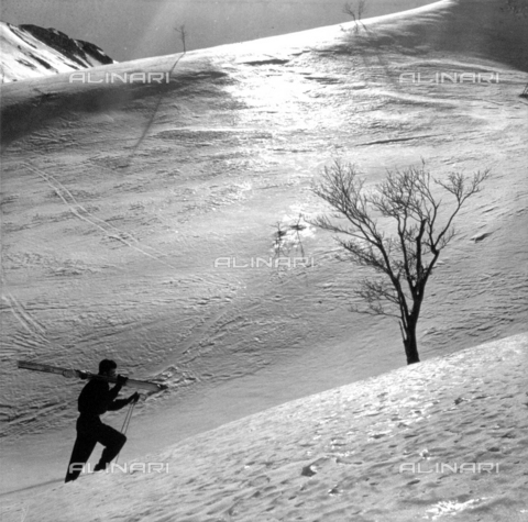 VBA-S-010507-0003 - The sun's rays on the snow-covered slopes. In the foreground a skier goesup the slope