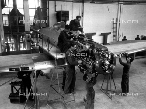 VBA-S-012200-0114 - Technicians building an Caproni airplane