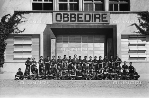 VBA-S-012200-0299 - Portrait of a group of young factory workers of the Caproni in work clothes