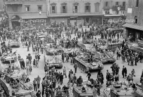 VBA-S-015133-0051 - View from above of Piazza del Nettuno in Bologna, during the Liberation 1945: Polish allied troops with numerous tanks fraternize with the citizens