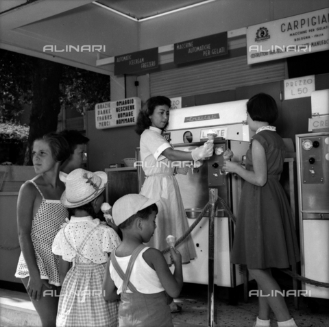 VBA-S-0F9129-0009 - Ice cream woman offers ice creams to children