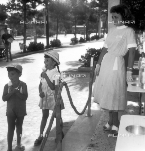 VBA-S-0F9129-0012 - Children eating ice cream just received from the ice cream woman
