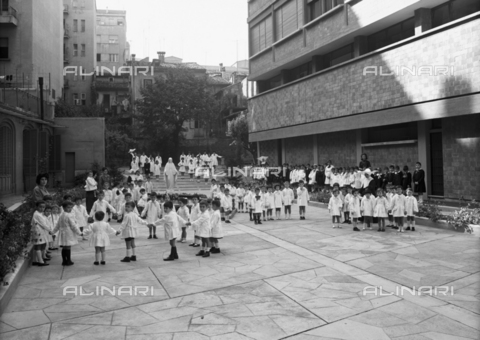 VBA-S-A04703-0001 - Children play in the courtyard of an elementary school