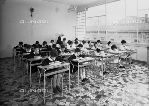 VBA-S-A04703-0002 - Children in an elementary school classroom