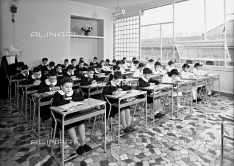 VBA-S-A04703-0003 - Children in an elementary school classroom