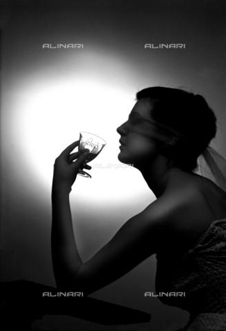 """VBA-S-A07071-0003 - Una modella posa con un bicchiere per la pubblicità del Biancosarti, prodotto dalla ditta di distillerie """"Luigi Sarti & Figli"""" di Bologna - Data dello scatto: 1960 ca. - Archivi Alinari, Firenze"""