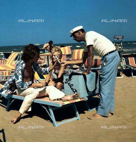 VBA-S-D00A99-0003 - Gelataio sulla spiaggia di Rimini - Data dello scatto: 1970 - Archivi Alinari, Firenze