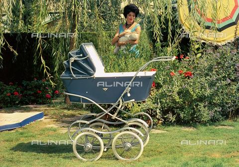 VBA-S-D00B13-0012 - Pubblicità della carrozzina Baby Cars - Data dello scatto: 1960 ca. - Archivi Alinari, Firenze