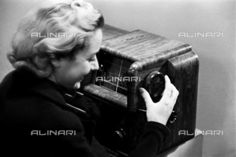 VBA-S-G00163-0006 - Giovane donna con un radio della ditta Superla - Data dello scatto: 1930 ca. - Archivi Alinari, Firenze