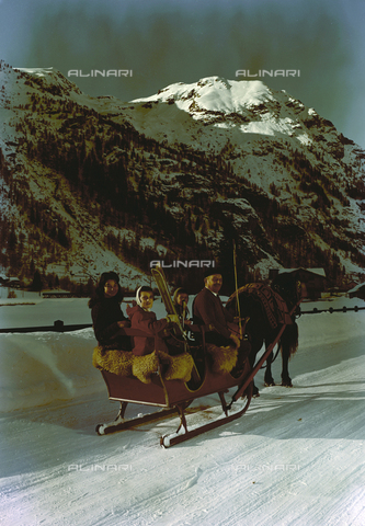 VBA-S-M00M74-0013 - Group portrait on a sled in the mountains - Date of photography: 1955-1960 ca. - Alinari Archives-Villani Archive, Florence