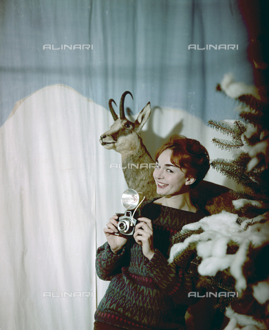 VBA-S-M00R19-0008 - Model in winter clothes - Date of photography: 1955-1960 ca. - Alinari Archives-Villani Archive, Florence