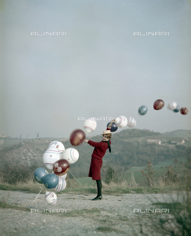 VBA-S-M00R19-0015 - Model posing with balloons during a photo shoot - Date of photography: 1955-1960 ca. - Alinari Archives-Villani Archive, Florence