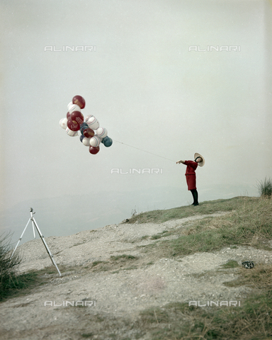 VBA-S-M00R19-0020 - Model posing with balloons during a photo shoot - Date of photography: 1955-1960 ca. - Alinari Archives-Villani Archive, Florence