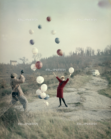 VBA-S-M00R19-0030 - Model posing with balloons during a photo shoot - Date of photography: 1955-1960 ca. - Alinari Archives-Villani Archive, Florence