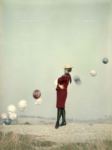 VBA-S-M00R19-0032 - Model posing with balloons during a photo shoot - Date of photography: 1955-1960 ca. - Alinari Archives-Villani Archive, Florence